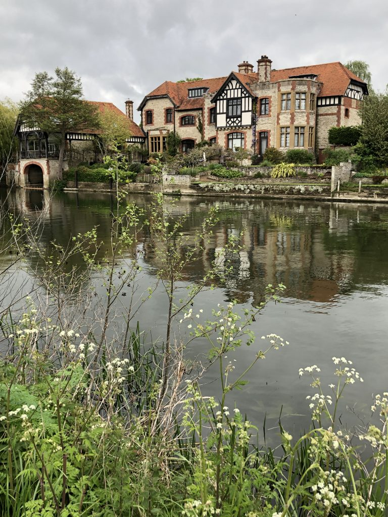 House up stream from Shillingford Bridge on the River Thames